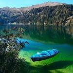Озеро с лодкой