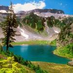 Озеро у подножья гор