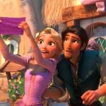 Рапунцель и Флинт разглядывают платок с символом королевства