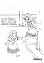 Маленькие Эльза и Анна бегут играть